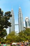 Башни Petronas в Куалае-Лумпур стоковые изображения