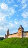 Башни Veliky Новгорода Кремля, России под красочным драматическим небом лета Стоковые Фото
