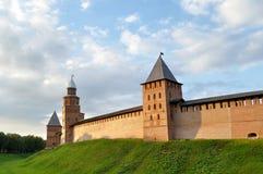 Башни Veliky Новгорода Кремля, России под красочным драматическим небом лета Стоковое Фото