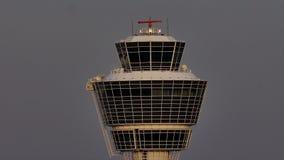 Башня авиадиспетчерской службы на авиапорте Мюнхена, конце-вверх