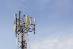 Башня антенны, здание башни антенны с голубым небом Стоковые Фотографии RF