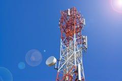 Башня антенны связи мобильного телефона с спутниковой антенна-тарелкой дальше Стоковые Фото