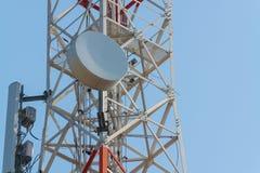 Башня антенны связи мобильного телефона с спутниковой антенна-тарелкой дальше Стоковое Фото