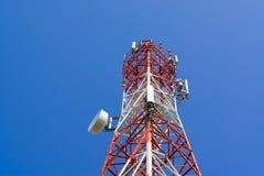 Башня антенны связи мобильного телефона с спутниковой антенна-тарелкой дальше Стоковое фото RF
