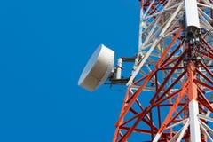 Башня антенны связи мобильного телефона с спутниковой антенна-тарелкой дальше Стоковое Изображение RF