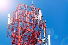 Башня антенны связи мобильного телефона с спутниковой антенна-тарелкой дальше Стоковые Фотографии RF
