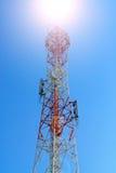 Башня антенны связи мобильного телефона с спутниковой антенна-тарелкой дальше Стоковое Изображение
