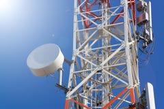 Башня антенны связи мобильного телефона с спутниковой антенна-тарелкой дальше Стоковая Фотография RF
