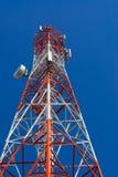 Башня антенны связи мобильного телефона с спутниковой антенна-тарелкой дальше Стоковая Фотография