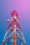 Башня антенны связи мобильного телефона с спутниковой антенна-тарелкой дальше Стоковые Изображения RF