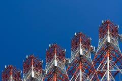 Башня антенны связи мобильного телефона с спутниковой антенна-тарелкой дальше Стоковые Изображения