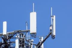 Башня антенны, с голубым небом Конец-вверх здания антенны связи с предпосылкой неба Стоковые Фотографии RF