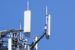 Башня антенны, с голубым небом Конец-вверх здания антенны связи с предпосылкой неба Стоковая Фотография RF
