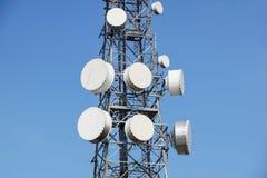 Башня антенны с спутниковой антенна-тарелкой на предпосылке голубого неба, башня связи мобильного телефона радиосвязи Стоковое Фото