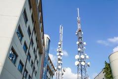 Башня антенны с спутниковой антенна-тарелкой на предпосылке голубого неба, башня связи мобильного телефона радиосвязи Стоковые Изображения RF