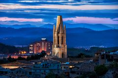 Башня базилики Sant Feliu на сумраке в Хероне стоковые фотографии rf