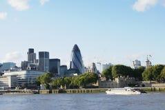 Башня банка Темзы реки, Лондона, Англия Стоковые Фотографии RF