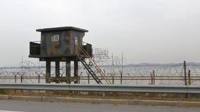 Башня бдительности и загородка колючей проволоки отделяются на юг от Северной Кореи - Азии - ноября 2013 Стоковое Фото