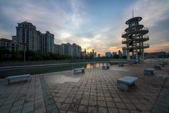 Башня бдительности на районе снабжения жилищем Tanjong Rhu в Сингапуре на заходе солнца Уютный залив на тазе kallang Стоковое Изображение RF