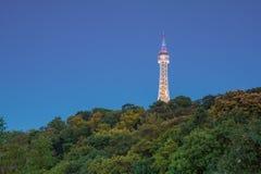 Башня бдительности Праги после наступления темноты Стоковые Фотографии RF