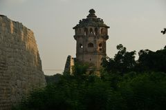 Башня вахты около лотоса Mahal в противном случае вызвана Kamal Mahal или Chitragani Mahal, Hampi, Karnataka, Индией стоковые изображения