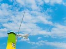 Башня ветротурбины на красивой предпосылке неба Стоковое Изображение RF