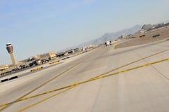 башня взлётно-посадочная дорожки авиапорта Стоковая Фотография RF
