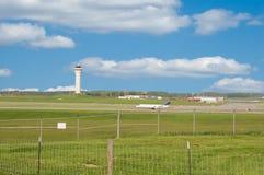 башня взлётно-посадочная дорожки управлением авиапорта Стоковые Фотографии RF