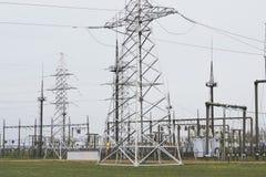 Башня высокого напряжения линий электропередач передачи электричества Стоковая Фотография