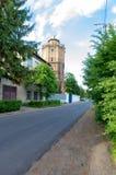 Башня в городе Старое здание в городе Ведущая дорога Стоковые Изображения RF