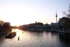 Башня городского пейзажа реки вечера Берлина стоковые изображения rf