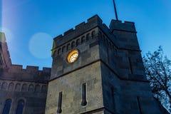 Башня замка с часами на ноче стоковые изображения rf