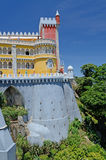 Башня замка Pena и стена, Sintra, Португалия Стоковое Изображение