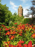 Башня замка Sissinghurst с цветками стоковое фото