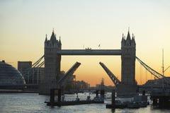 башня захода солнца Англии london моста Стоковая Фотография