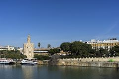 Башня золота рядом с рекой Гвадалквивира в городе Севильи, Испании Стоковые Изображения RF