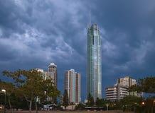 башня золота q1 свободного полета облаков бурная Стоковая Фотография