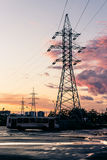 Башня линий электропередач в пригородах на розовых облаках Стоковые Фото