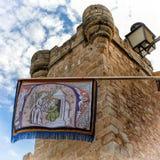 Башня и вымпел в Caceres (Испания) Стоковые Фото