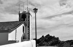 Башня и небо - церковь святого духа в черно-белом стоковое изображение