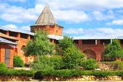 Башня и стена красного кирпича стоковые изображения