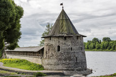 Башня и стена Пскова Кремля, средневековой крепости Стоковая Фотография RF