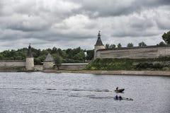 Башня и стена Пскова Кремля, средневековой крепости Стоковые Изображения RF
