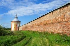 Башня и стена старого русского монастыря стоковые изображения rf