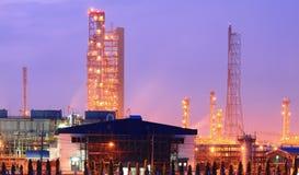 Башня колонки в нефтехимическом заводе на сумерк Стоковые Фотографии RF