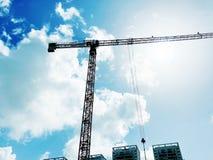 Башня крана конструкции на предпосылке голубого неба Прогресс деятельности крана и здания на строительной площадке Стоковая Фотография RF