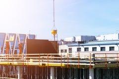 Башня крана конструкции на предпосылке голубого неба Прогресс деятельности крана и здания Работник Пустой космос для текста Конст Стоковая Фотография RF
