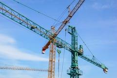 Башня крана на предпосылке неба на строительной площадке Стоковая Фотография RF