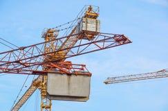 Башня крана на предпосылке неба на строительной площадке Стоковое Изображение RF