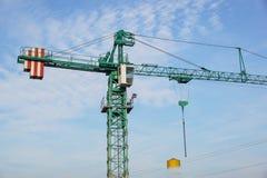 Башня крана на предпосылке неба на строительной площадке Стоковые Фотографии RF